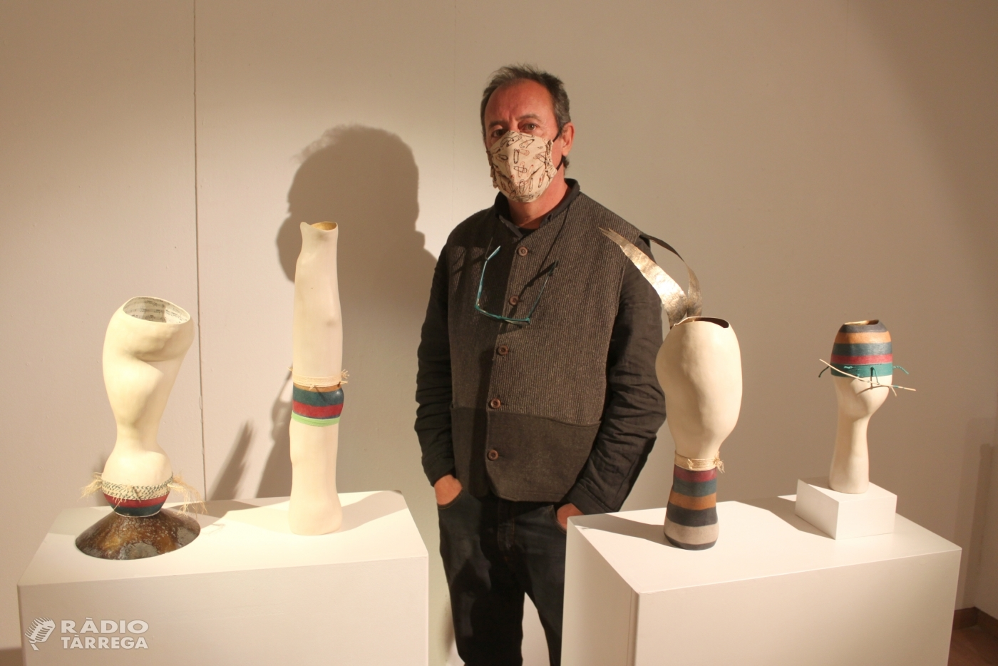L'artista Jose Davila, establert a Guimerà, exposa les seves escultures de ceràmica a la Sala Marsà de Tàrrega