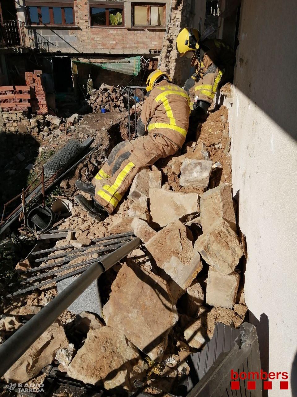 La caiguda d'un mur antic obliga a desallotjar alguns veïns del carrer Major del Talladell