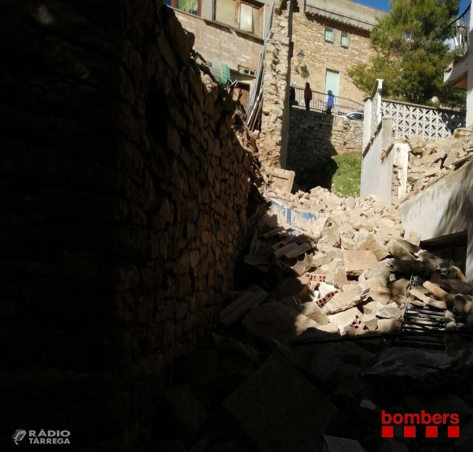 ACTUALITZACIÓ. Els veïns afectats per la caiguda d'un mur al carrer Major del Talladell han tornat als seus domicilis