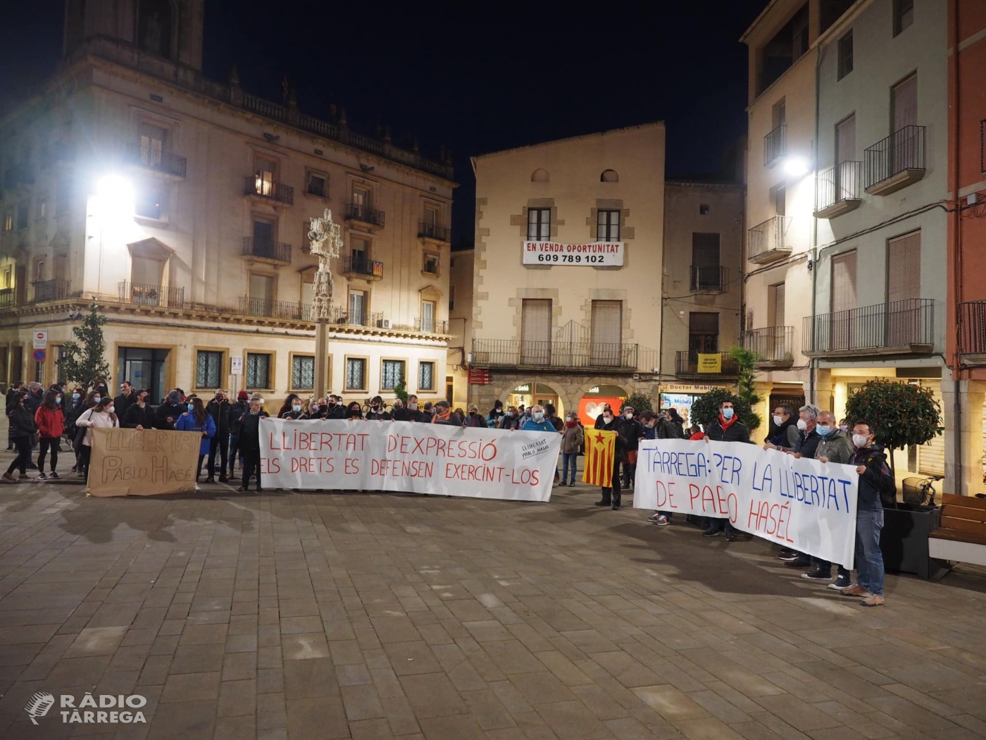 Més de mig centenar de persones es manifestaven ahir al vespre a Tàrrega en contra de l'empresonament del raper lleidatà Pablo Hasel