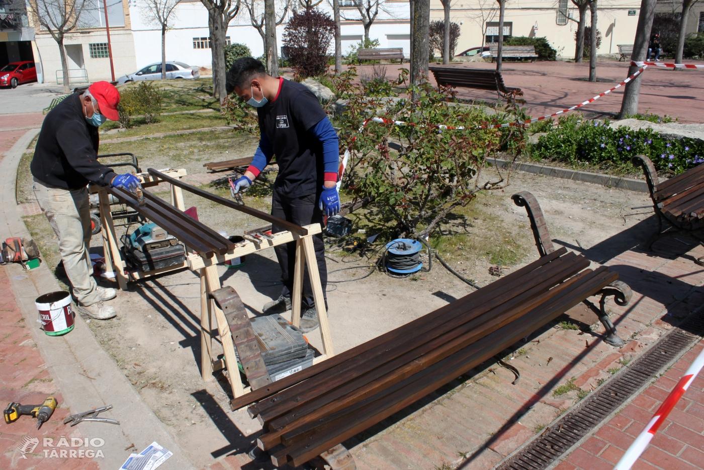 L'Ajuntament de Tàrrega inicia la restauració dels bancs de fusta del municipi, un dels projectes més votats en els pressupostos participatius