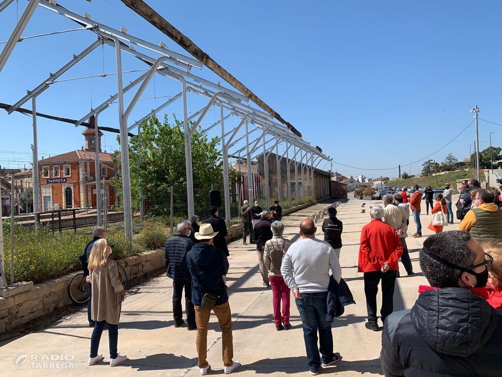 La plataforma 'Salvem els molls de la via' fa una visita informativa que aplega una cinquantena de persones