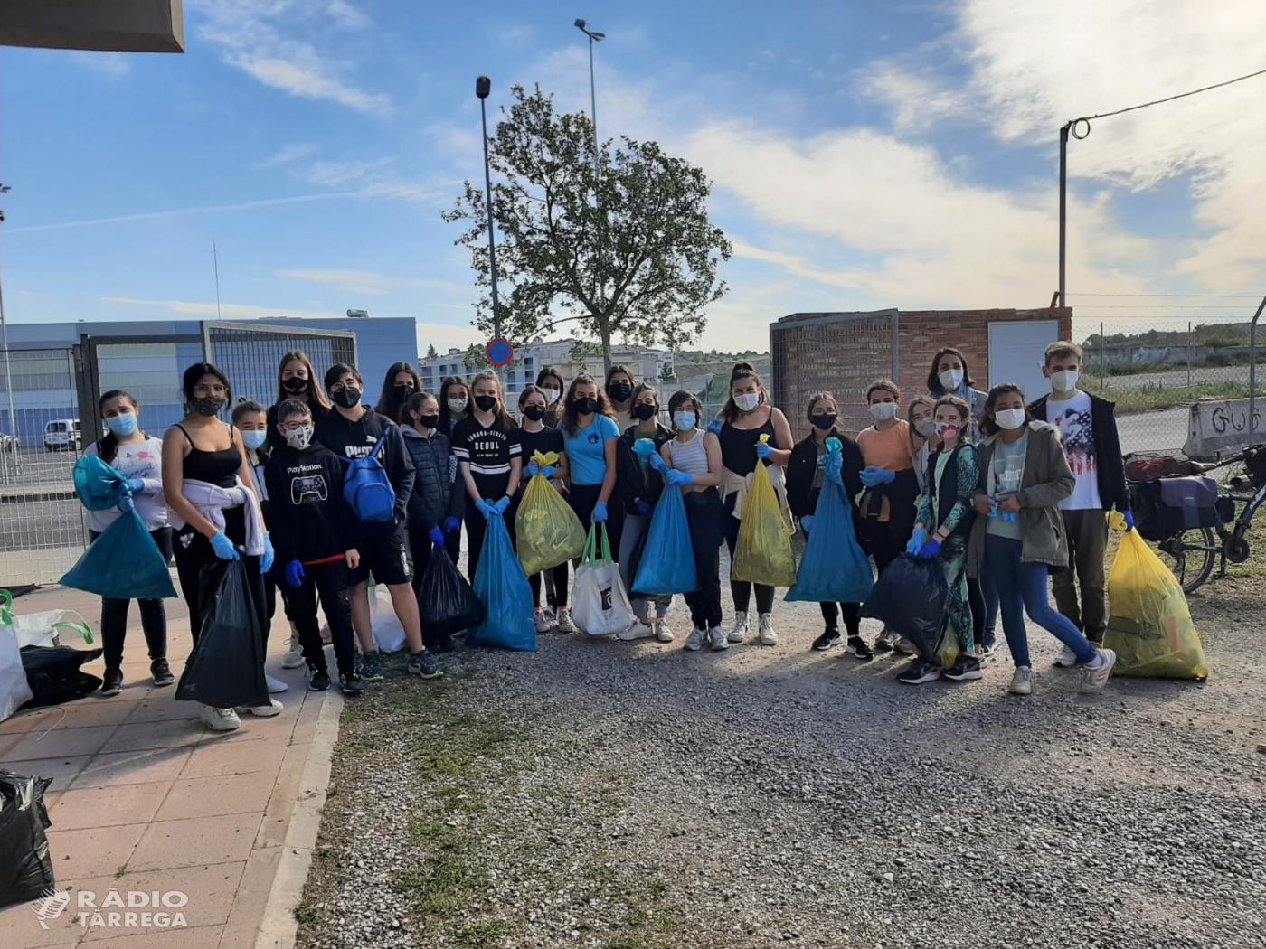 """350 escolars de Tàrrega participen en la recollida de residus """"Let's Clean Up"""""""