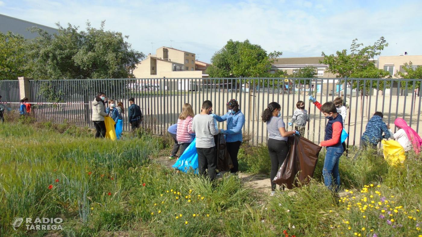 Els alumnes de l'escola Àngel Guimerà Tàrrega es sumen a la inicitavita Let's Clean Up Europe i recullen 236 quilograms de brossa