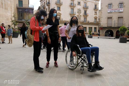 Joves de Tàrrega analitzen l'accessibilitat d'una vintena d'equipaments públics