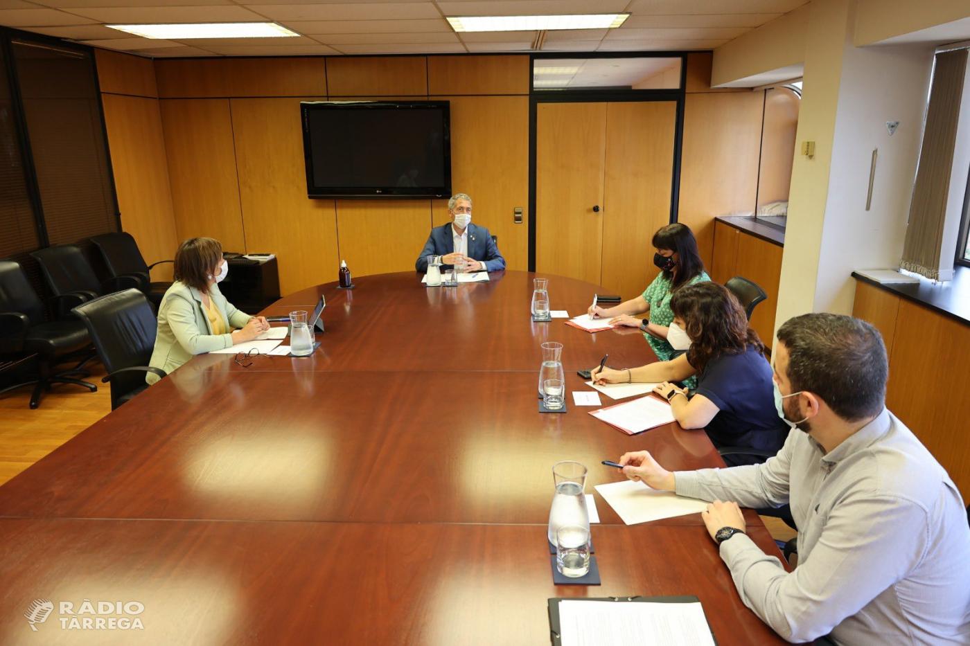 Alba Pijuan Vallverdú com a vicepresidenta de la FMC es reuneix amb el Conseller d'Educació Josep González Cambray