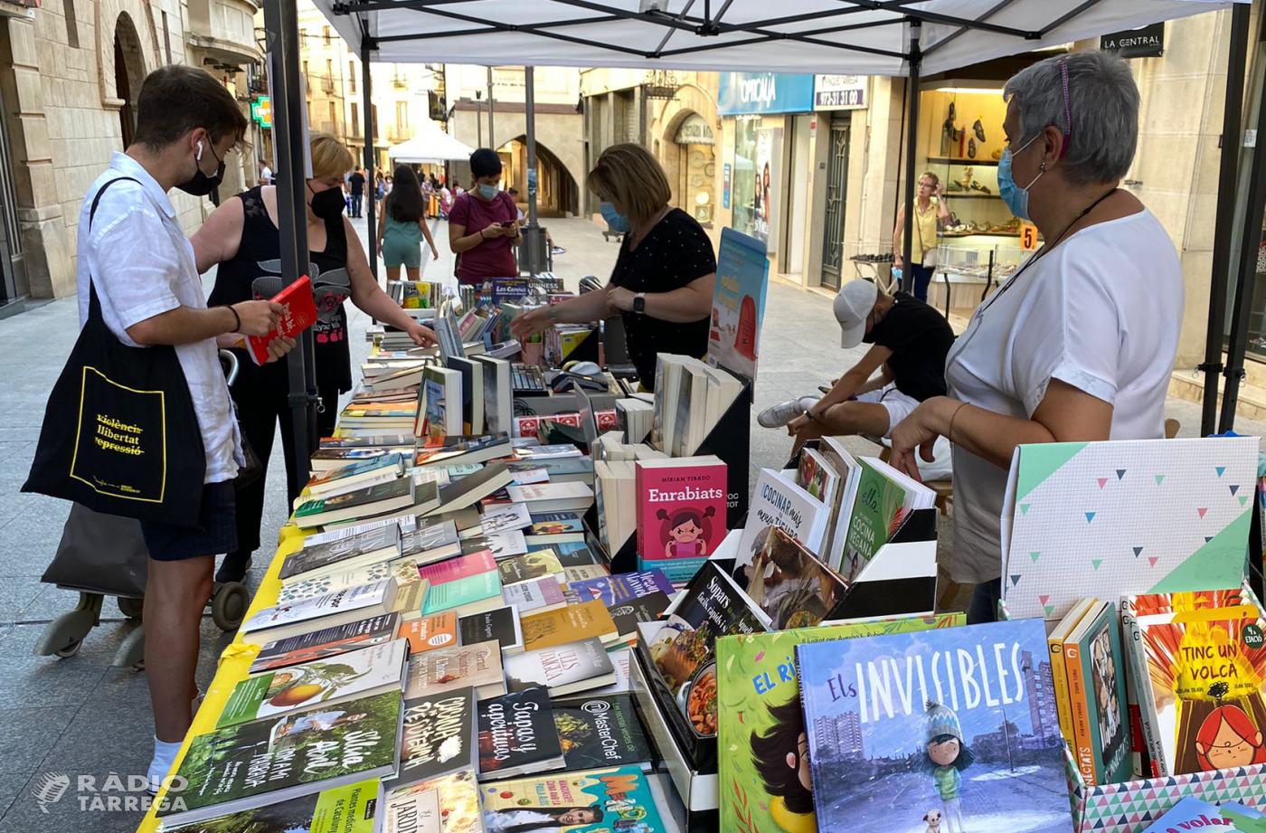 Tàrrega celebra la nova festa Llibrestiu amb parades al carrer i signatures d'escriptores de la ciutat