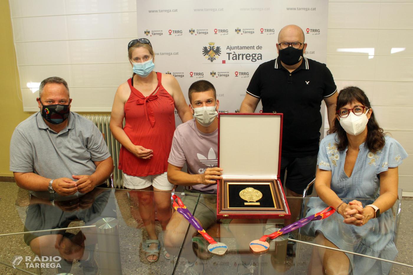 L'Ajuntament de Tàrrega rep l'atleta Arnau Monné després de guanyar dues medalles als campionats europeus sub-23
