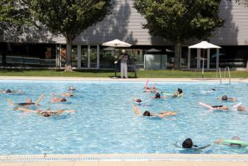 FiraTàrrega porta els espectadors a la piscina en el marc d'una estrena internacional que combina aigua i música
