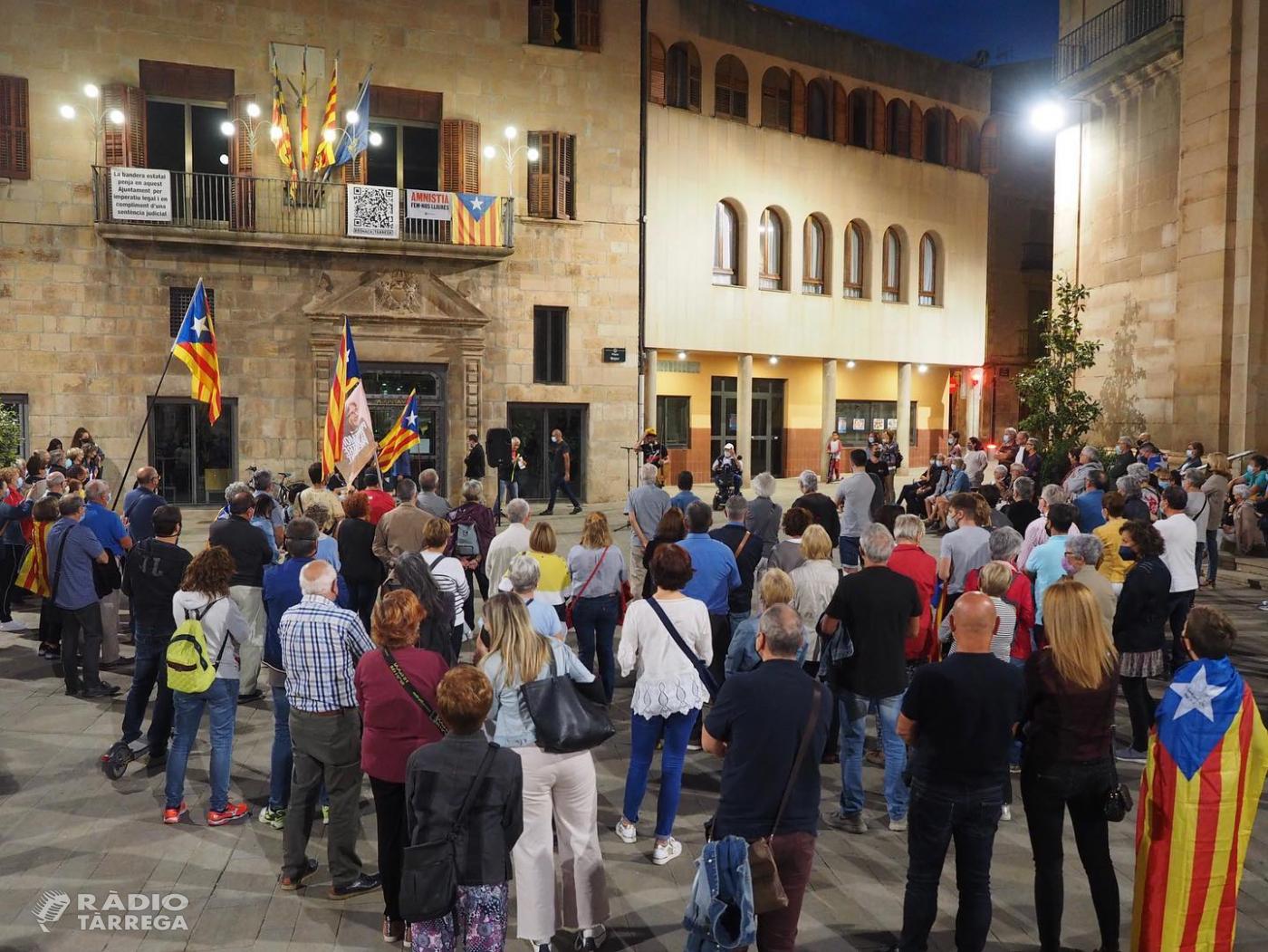 Més d'un centenar de persones es concentraven aquest divendres a Tàrrega per mostrar el seu rebuig a 'la repressió continua que viuen els líders independentistes'