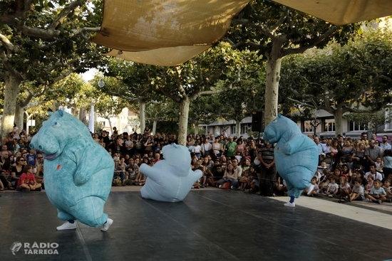 Tres hipopòtams gegants prenen la plaça del Carme de Tàrrega