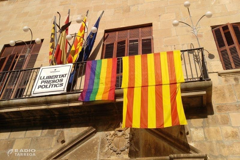 Tàrrega posa la bandera arc iris a la façana de la Casa Consistorial en defensa de la igualtat de drets de les persones LGTBI