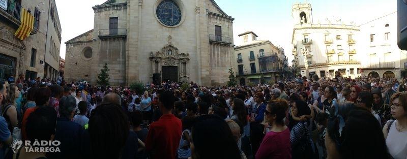 Centenars de targarins s'apleguen a la plaça Major per donar suport a la família del nen que va morir dissabte a les piscines municipals