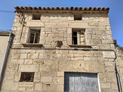 Casa amb restes del monestir dels Framenors