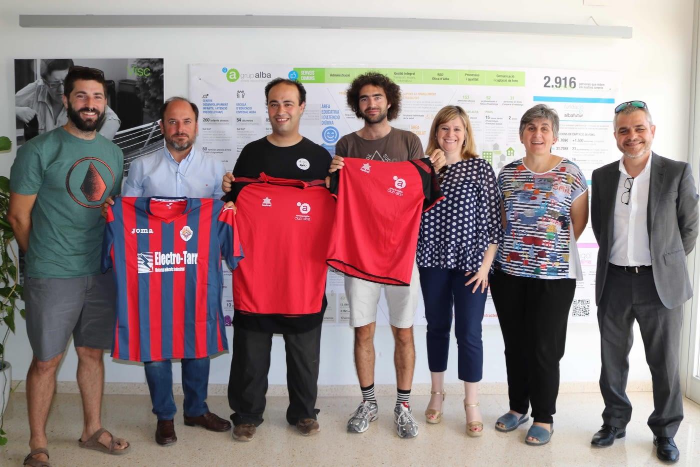 """Conveni a 3 bandes entre la Unió Esportiva Tàrrega, l'Obra Social """"la Caixa"""" i el Grup Alba per fomentar l'accés al camp de futbol del Tàrrega a les persones amb d'altres capacitats"""