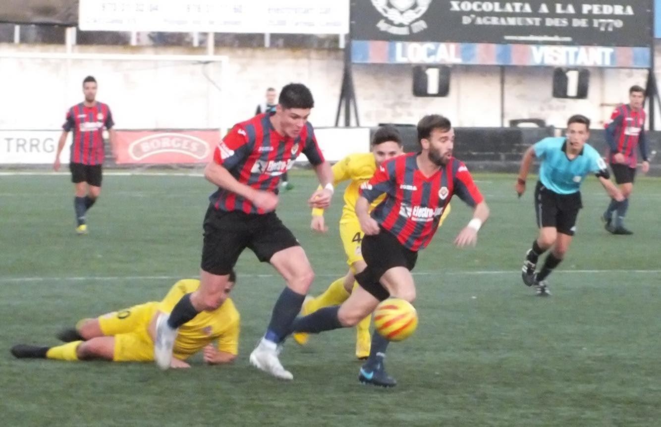 LA UE. TÀRREGA ES DEIXA DOS PUNTS PEL CAMI // El Vilanova li va posar les coses molt complicades als blaugrana en un partit però, en el que els targarins haurien pogut guanyar en la recta final. però va acabar amb empat a dos gols