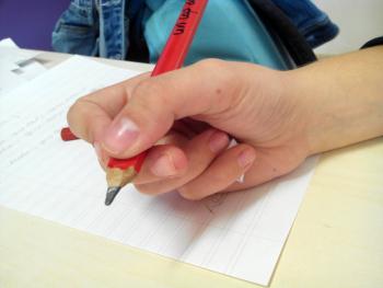 T'has fixat com agafa el llapis?