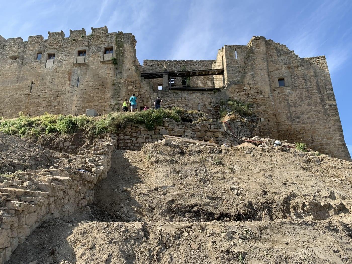 Inici de les obres d'adequació dels accessos nord i oest, la consolidació estructural de l'antiga cisterna d'aigua soterrada i de diversos murs de tancament del Castell de Ciutadilla