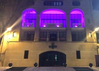 Commemorem el Dia Internacional de les Dones il·luminant la façana de color lila.