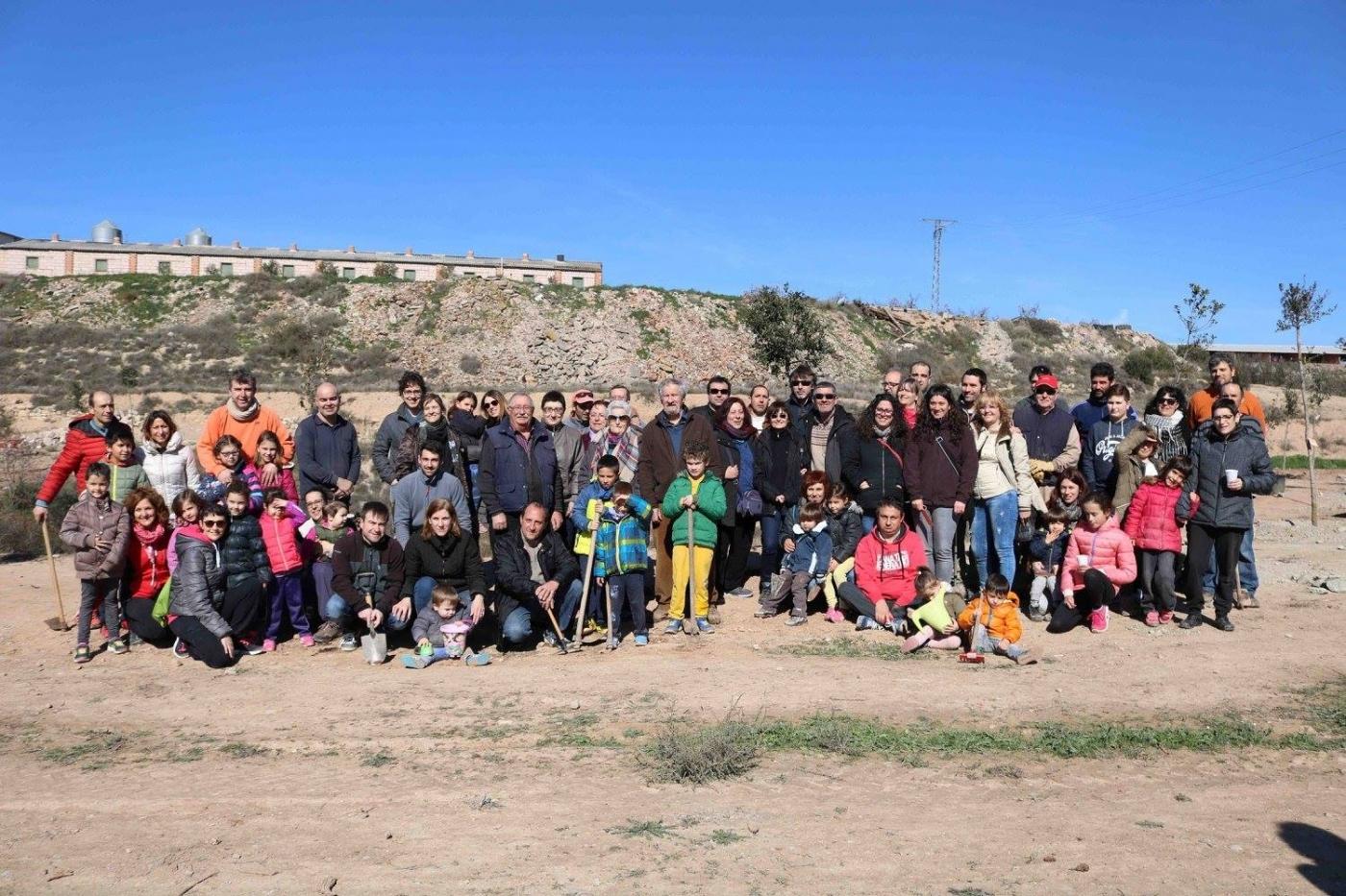 Entitats i veïns de Sant Martí de Riucorb planten els primers arbres dels futurs Jardins de la Vall del Corb