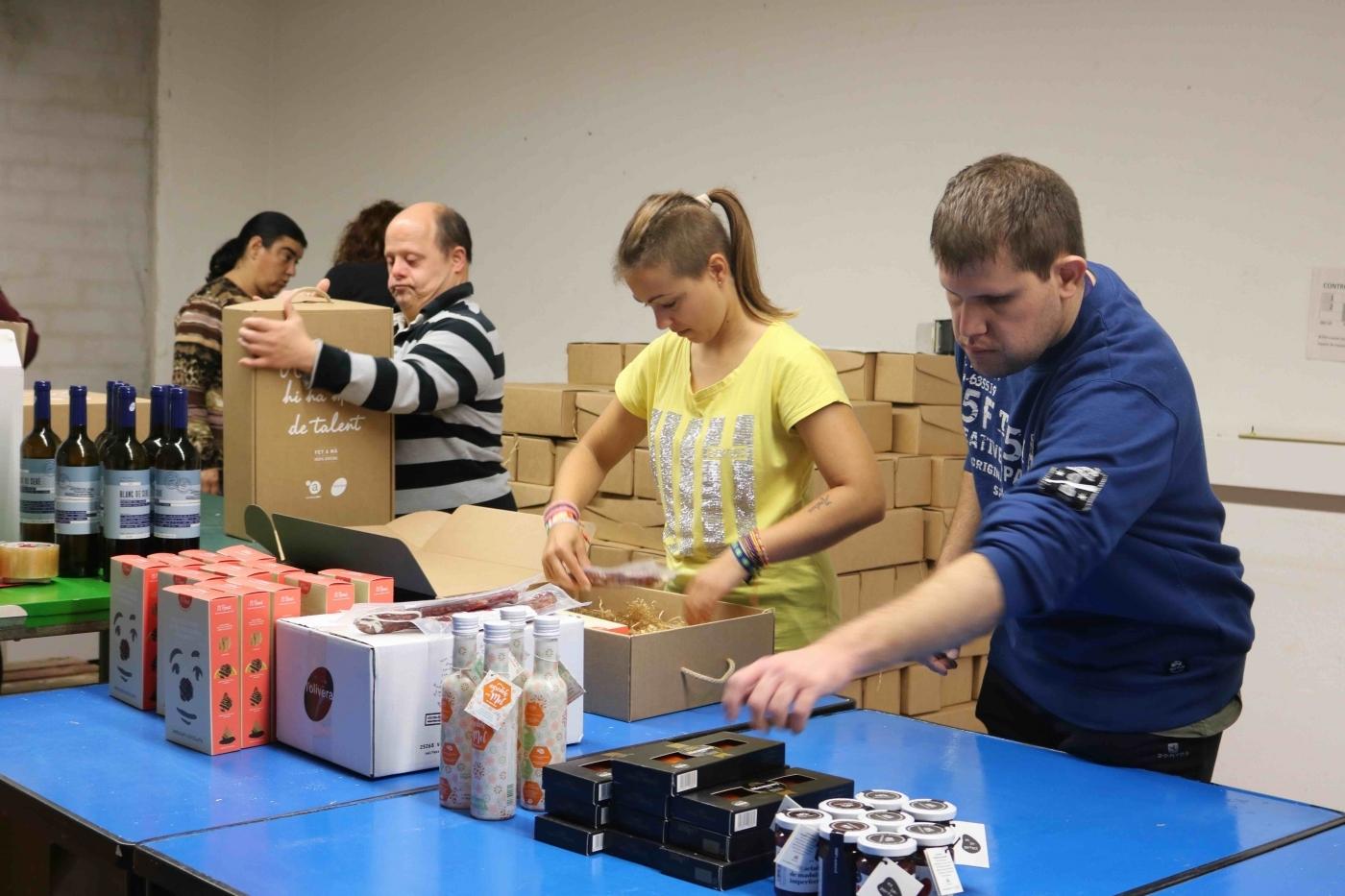 Generem 12 nous llocs de treball en campanya de Nadal gràcies als seus lots de Nadal i a l'obrador de galetes El Rosal.