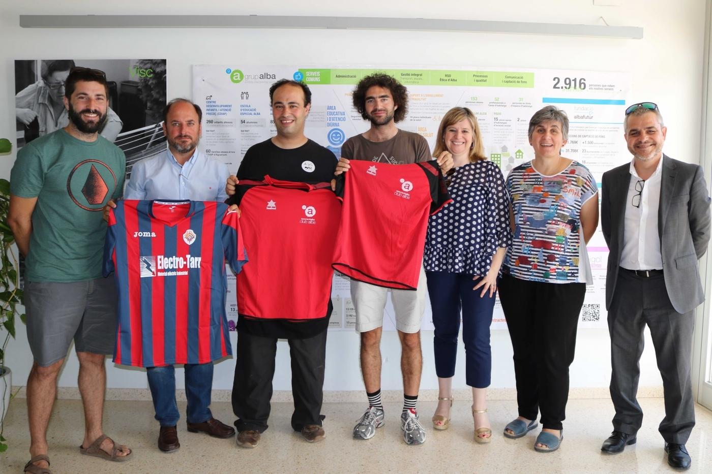 """Conveni a 3 bandes entre la Unió Esportiva Tàrrega, l'Obra Social """"la Caixa"""" i el Grup Alba per fomentar l'accés al camp de futbol del Tàrrega a l"""