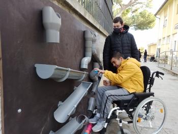 L'Escola Alba estrena nous jocs sensorials adaptats pel pati de les experiències gràcies al suport de l'empresa Laumont