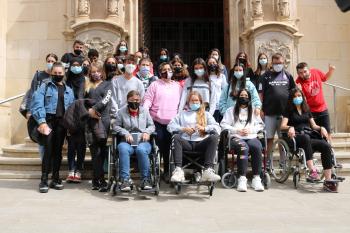 Joves del Grup Alba i de l'Escola Vedruna Tàrrega analitzen l'accessibilitat d'una vintena d'equipaments públics de la ciutat.