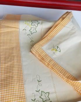 Mantelería bordada amarilla 265 x 173