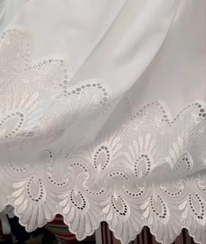 Tela visillo blanco bajo labrado