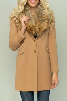 KOCCA abrigo color camel con cuello de pelo