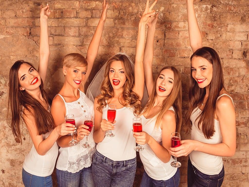Chicas brindando