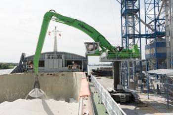 Ahorro de costes con las manipuladoras portuarias de Sennebogen