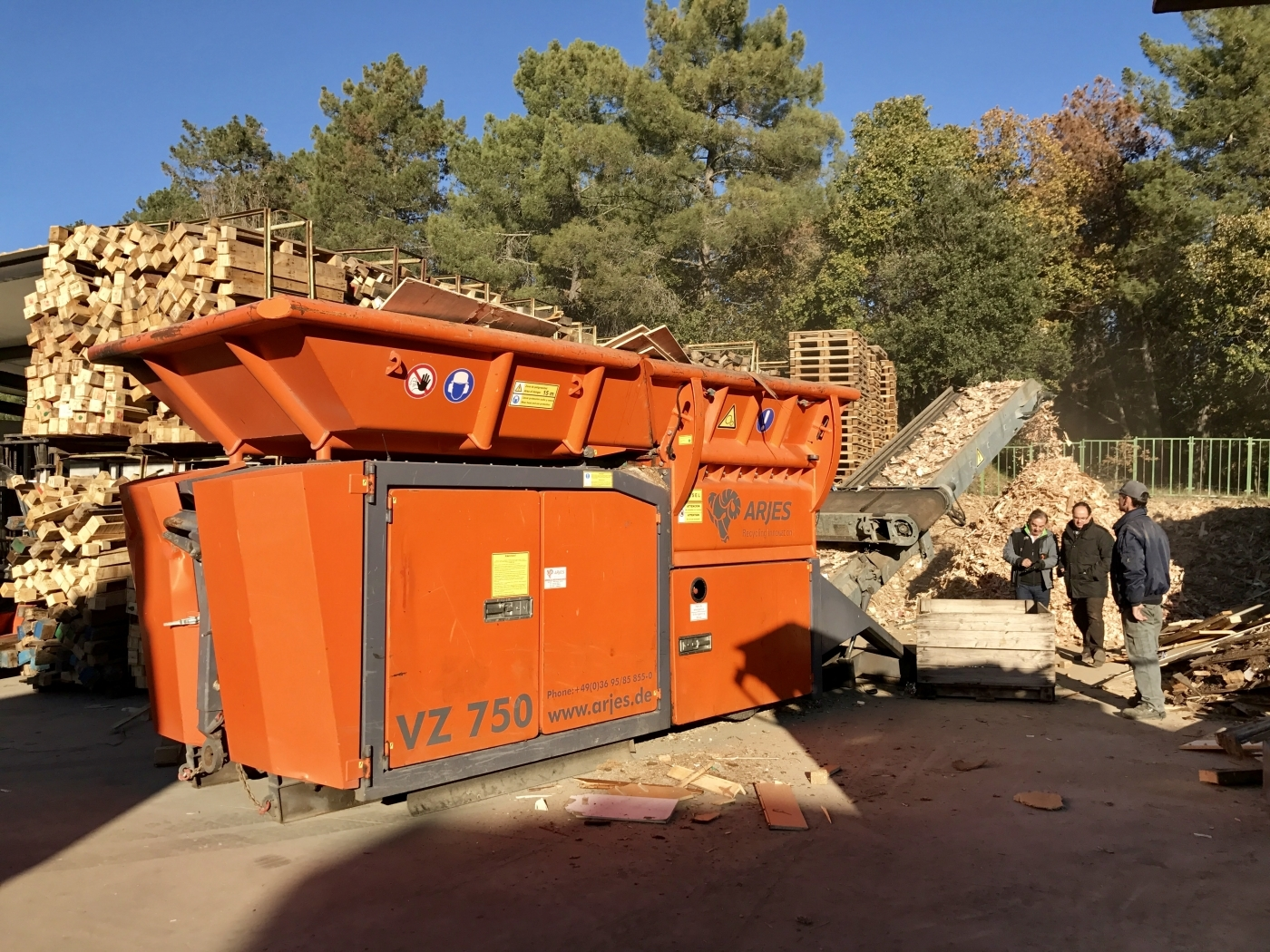 Nuestro cliente Casas Recuperació de Palets, SA adquiere una trituradora Arjes VZ- 750