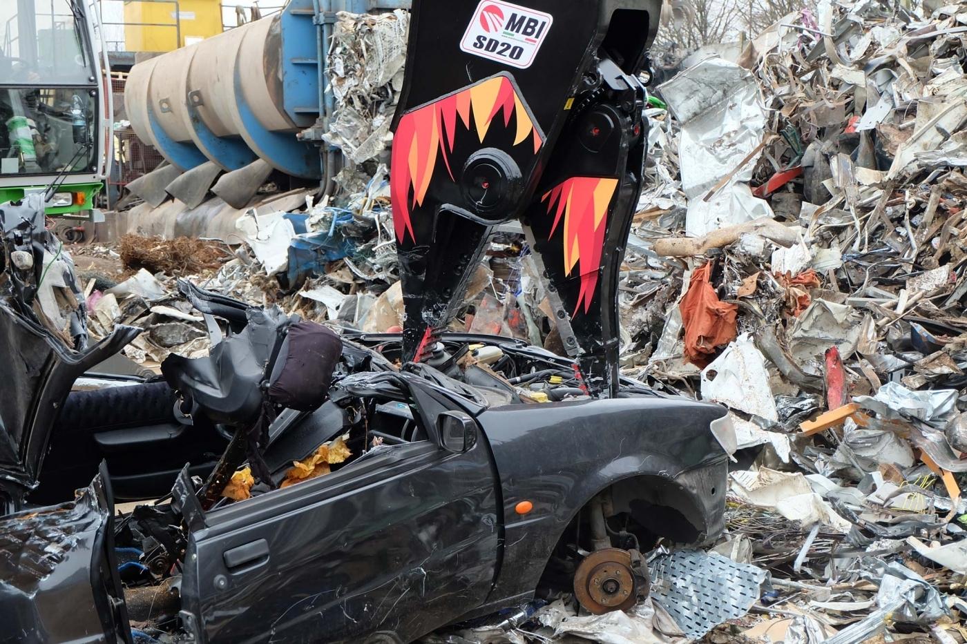 Presentamos el nuevo implemento Mantovanibenne: Desmantelador de coches SD