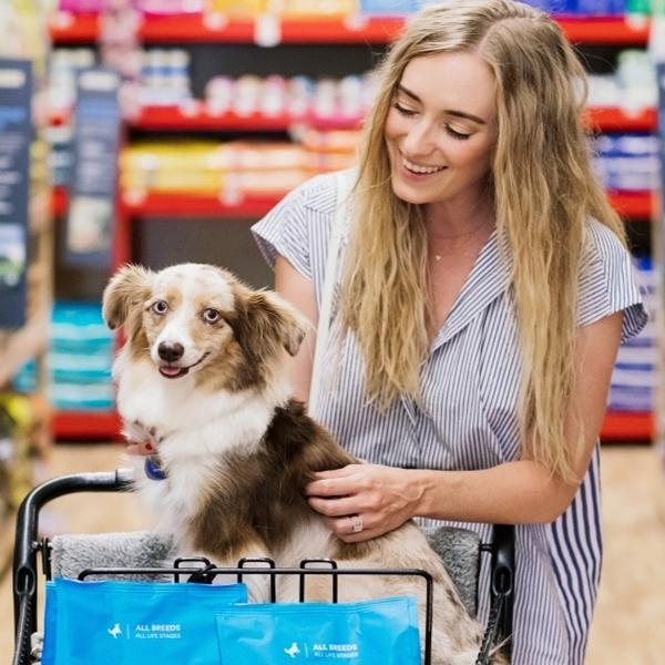 tienda comprando con mascota