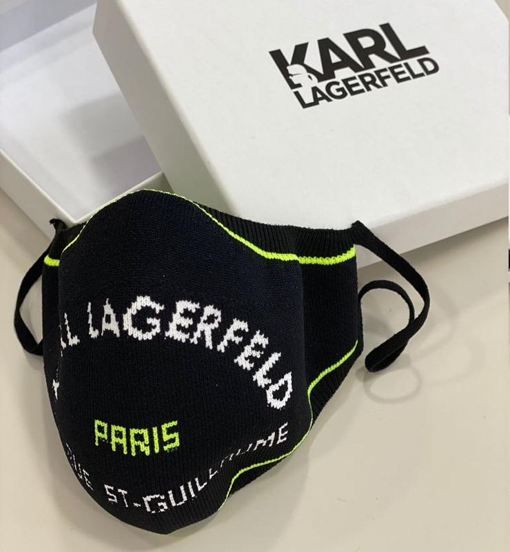 KARL LAGERFELD Mascarilla negra tejido con logo fluor -