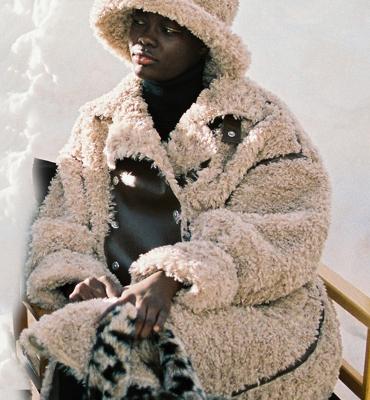 OOF WEAR Abrigo peludo en beig con aplicaciones de cuero reversible