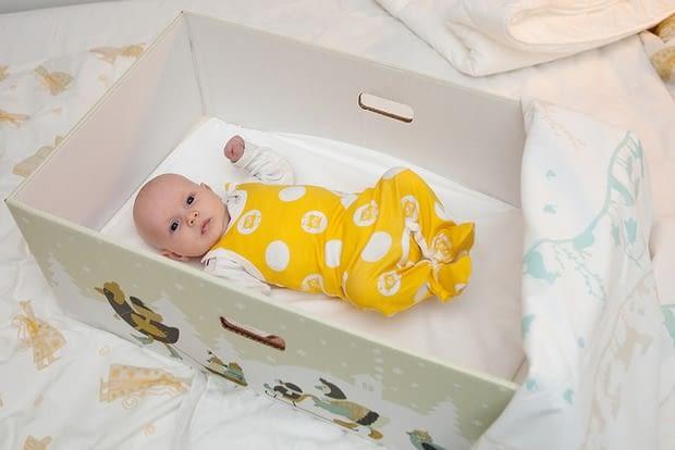 Los bebés de Finlandia ¡duermen en cajas!