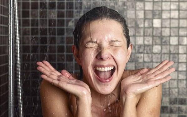Motivos para ducharse con agua fría