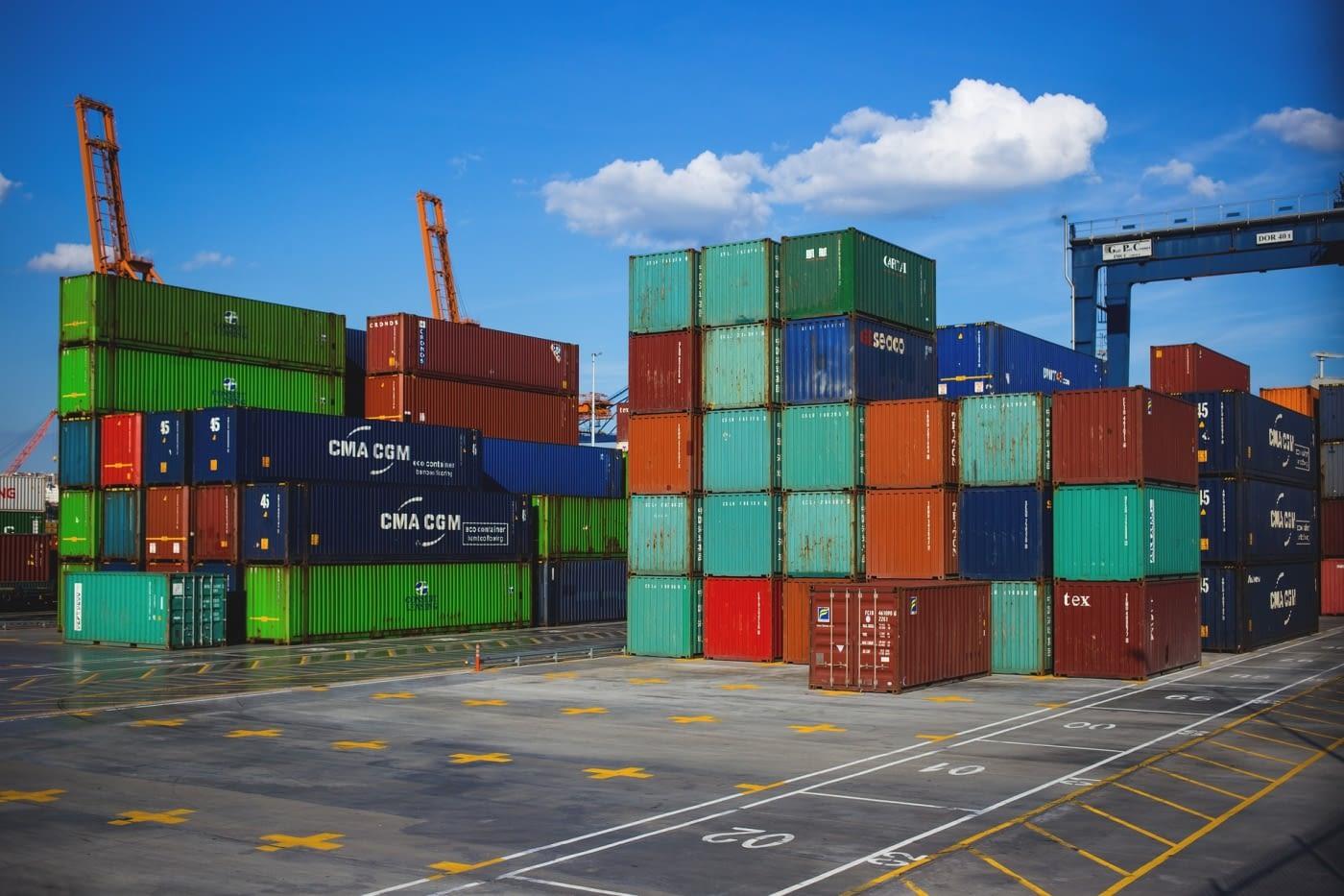 Contenedores en un puerto de carga