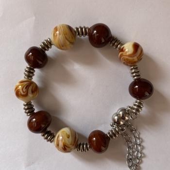 Pulsera bolas de cristal en marrón.