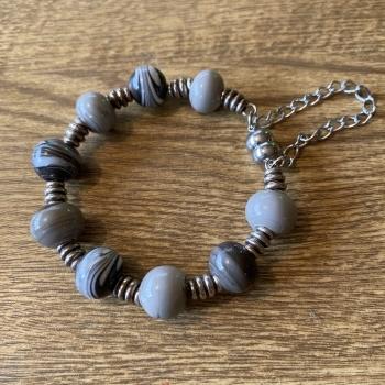 Pulsera bolas de cristal en gris
