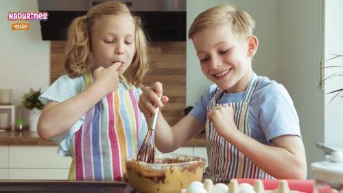 Los Nadurines aprenden a cocinar un bizcocho de chocolate