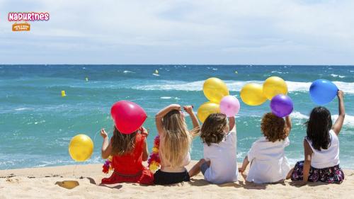 Nil está deseando viajar a un sitio de playa para jugar en el mar