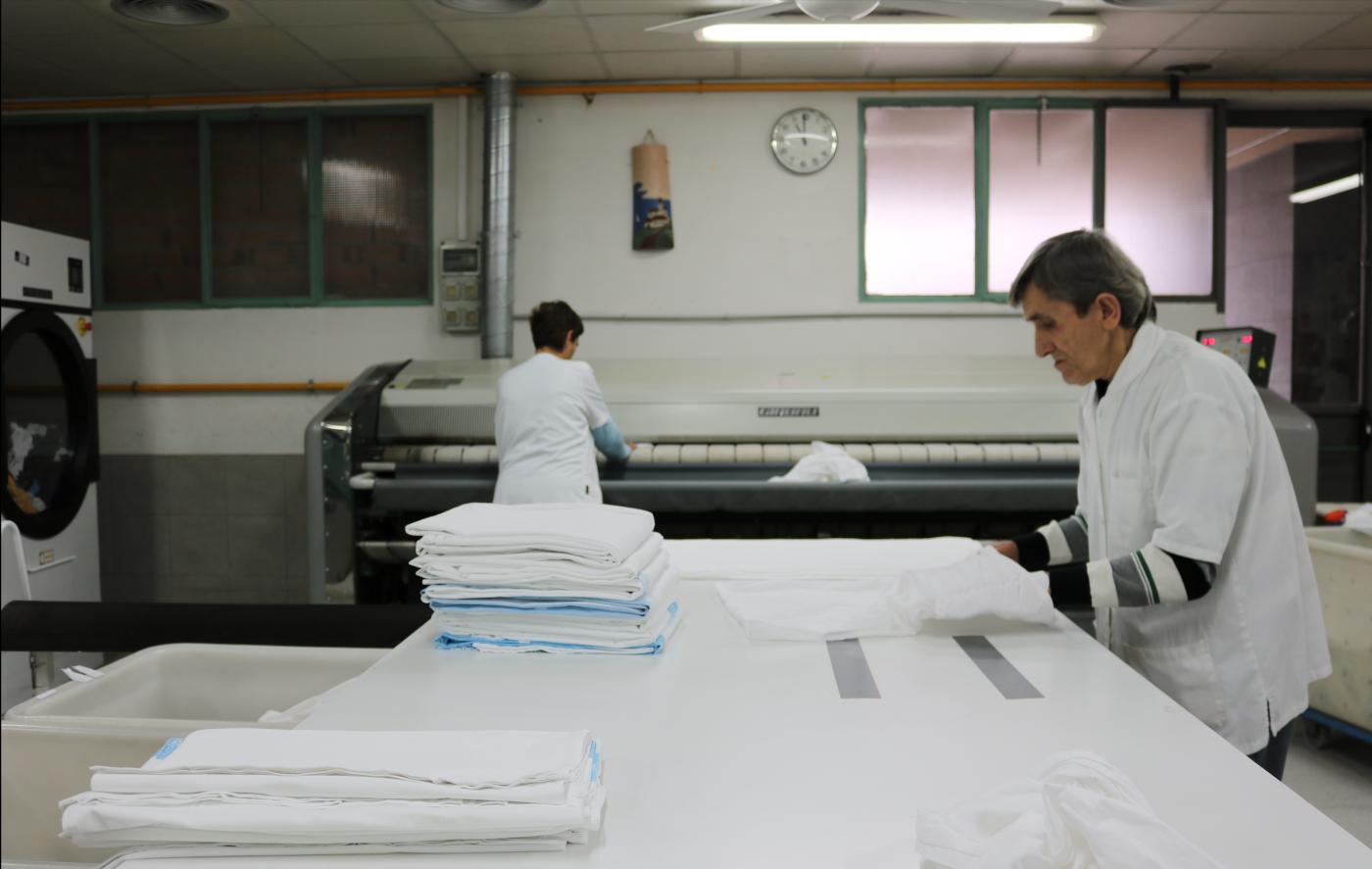 La bugaderia de l'Associació Alba guanya de nou el concurs per netejar la roba de l'Hospital Arnau i amplia el servei.