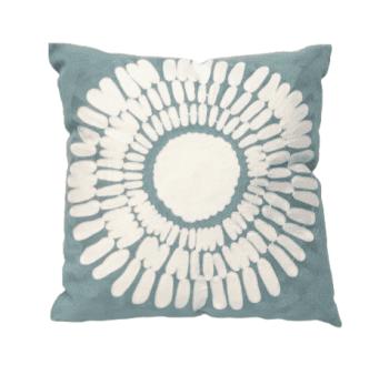 Cojín azul bordado flor 45 x 45