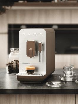 Cafetera Smeg Taupe BCC02TPMEU 50'Style con Vaporizador y Molinillo Integrado | 8 funciones y función vapor | Sistema Anti-Goteo | 100% Automática - 2